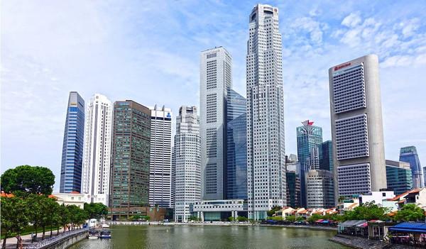 Blick auf die Wolkenkratzer von Singapur