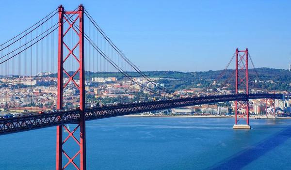 Lissabon Städtereise - Blick auf die Brücke Ponte 25 de Abril